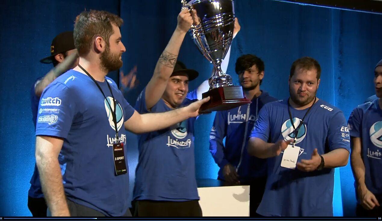 dreamhackcs奥斯丁站夺冠后与兄弟战队TS共同举起奖杯