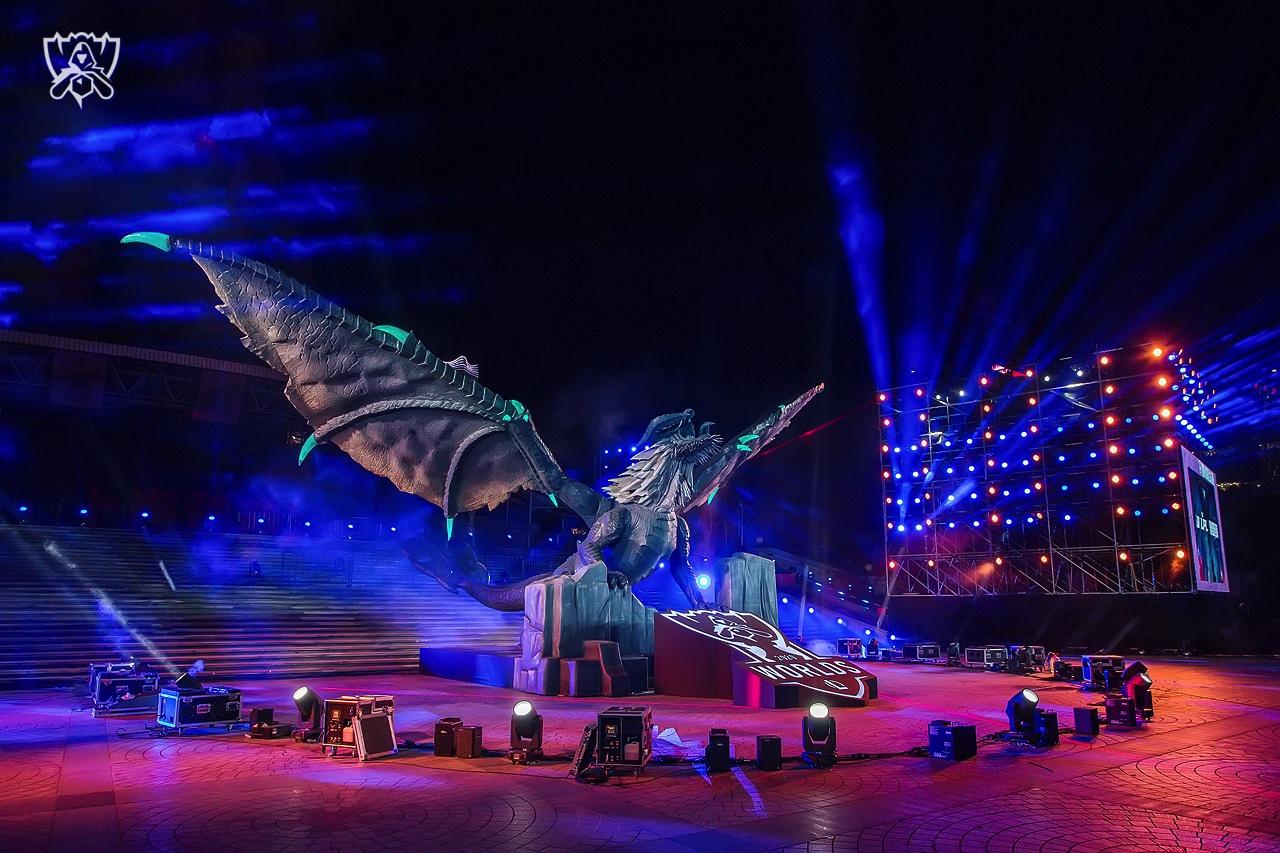 东方明珠巨龙回巢上海城市峡谷地标助威LPL